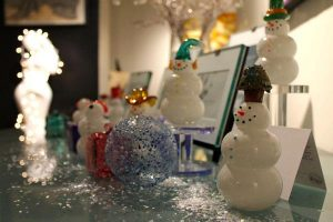 Thames Glass snowpeople and ornamental balls